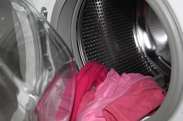 Как убрать с одежды монтажную пену