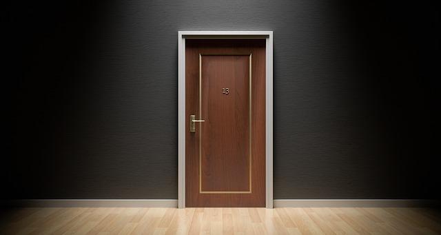 Чем очистить монтажную пену от двери