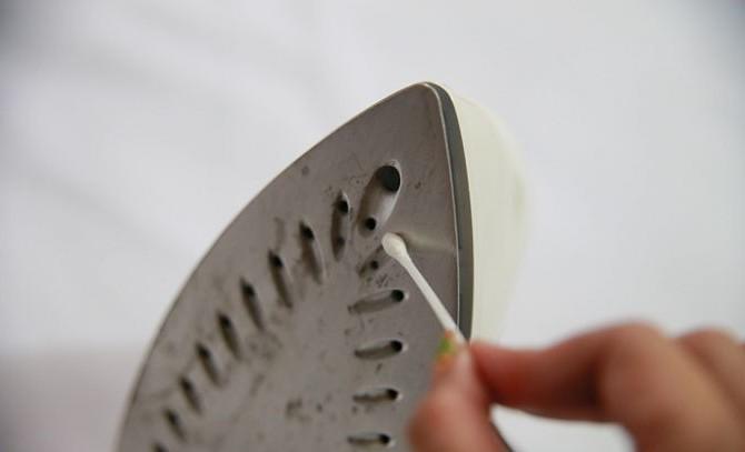 12 методов: Как очистить подошву утюга