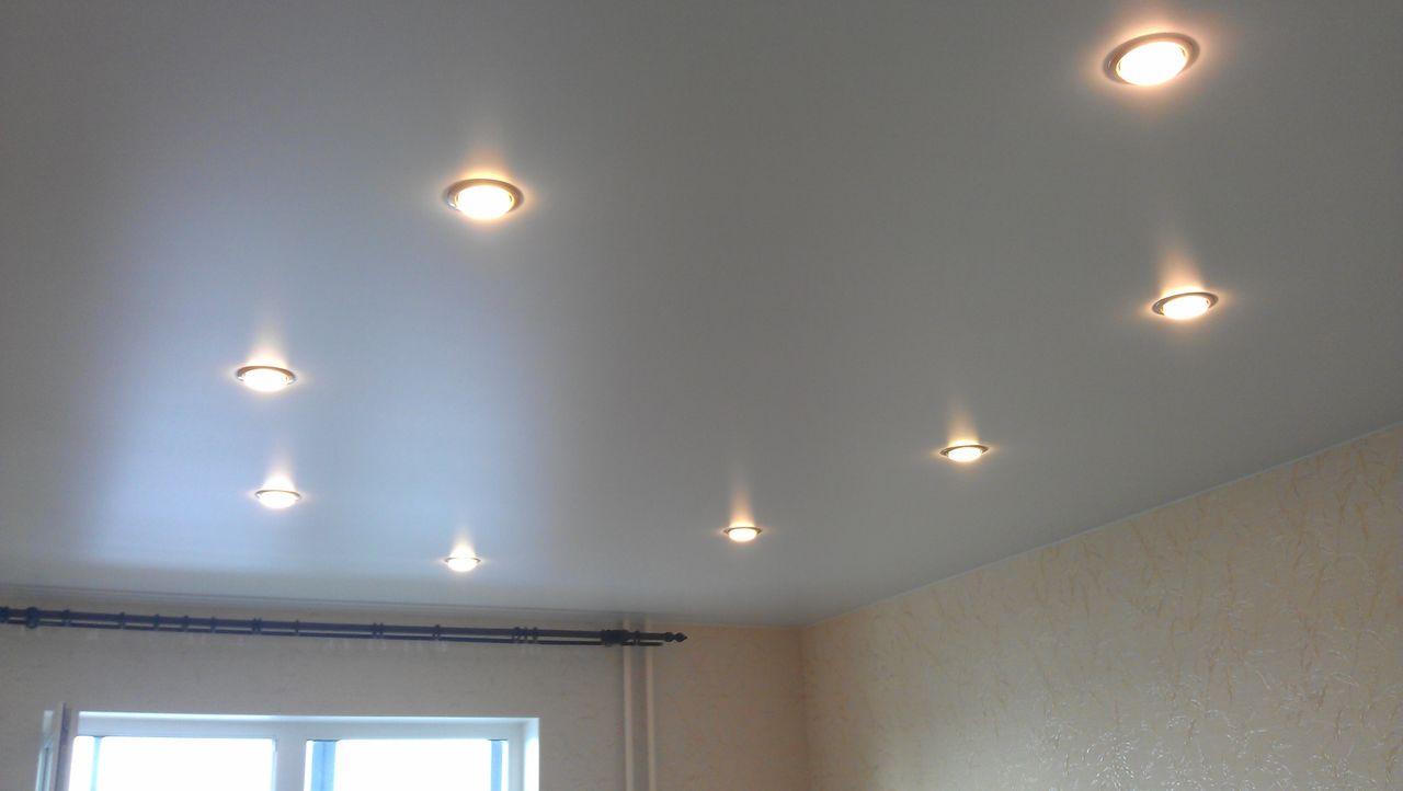 Мытье натяжных потолков, уход за натяжными глянцевыми потолками, матовыми и тканевыми