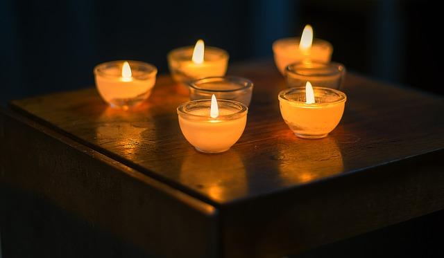 Как вывести пятно от воска свечи с одежды, ковра, дерева, стен, пола