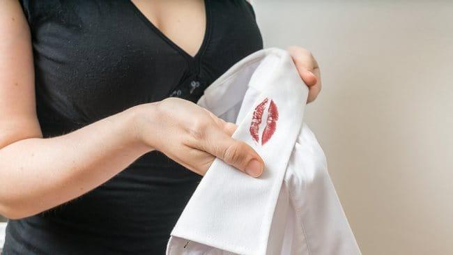 Как отстирать с одежды губную помаду, чем оттереть помаду с одежды